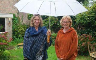 Annie en Rianne onder een paraplu